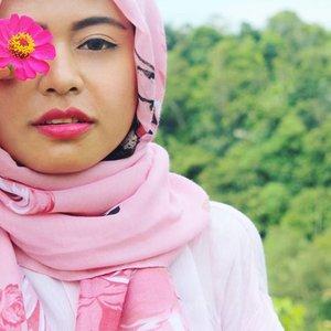 The 🌸 girl 😙😙😙 #exploresumbar  #sumaterabarat  #westsumatera  #indonesiaitukece  #indonesia  #beautiful  #beautyblogger  #clozetteid  #clozettedaily  #travelling  #travelblogger  #traveller  #backpacker  #hijabstyle #flower #pink
