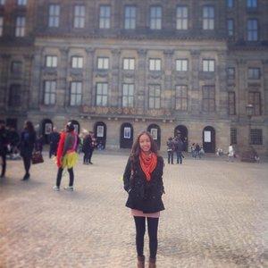 At Dam Square Amsterdam 😍😍😘😘 Seharusnya disini uda masuk spring, tapi masih dingin kayak musim dingin. Kalau pagi bisa ampe 2derajat kalau siang 7-9 derajat. Brrrrr,, makanya outfitnya masih kayak musik dingin. 😖😖 #ootd #fotd #fashion #fashionstyle #clozetteid #spring #amsterdam #netherland #holland #damsquare #fashionable #beautyblogger #beautybloggerid #blogger #bloggerindonesia #internationalblogger #indonesia #indonesian #world #travel #travelling #traveller #holiday #trip